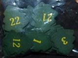 Chiffres calendrier de l'avent sur des sapins en bois verts