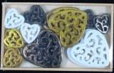 Petits objets en polyresine: Coeur, ornemental, 2+3cm, boite en bois 18pces, assorties